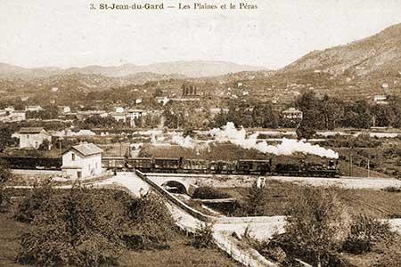 le train à vapeur et le chateau du peras dans le parc de l'autre coté de la rivière